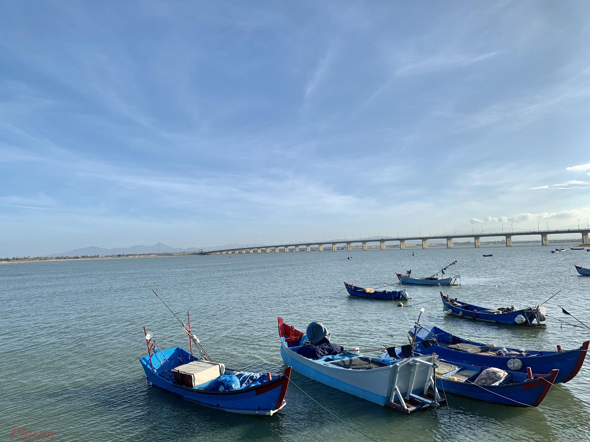 Những chiếc tàu đậu trên ở cửa biển