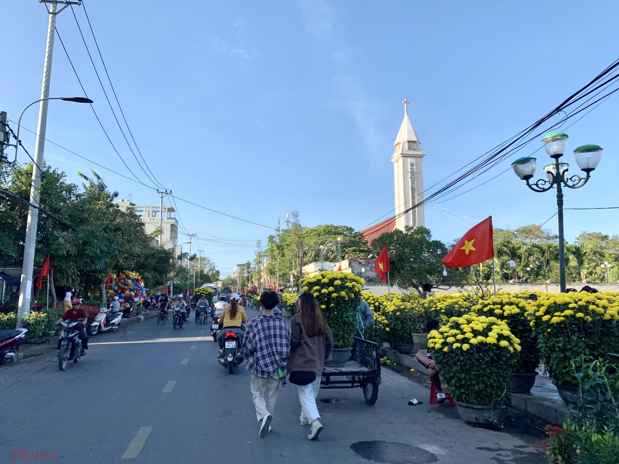 Những góc phố khu vực trung tâm hoa Tết được bày bán 2 bên đường