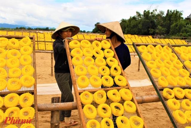 Ngoài bún song thằng, An Thái còn phát triển làng nghề bún bánh. Ảnh: Nụ cười người nông dân bên những liếp bún  phơi ven sông
