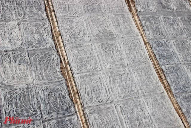 Bún được phơi trên các liếp tre được bọc 1 lớp vải mỏng