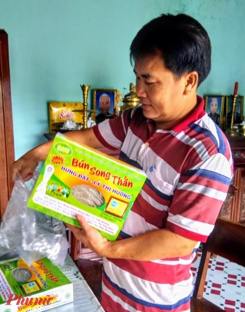 Anh Võ Thành Sơn gói bún song thần của cơ sở nhà mình chuẩn bị giao cho khách