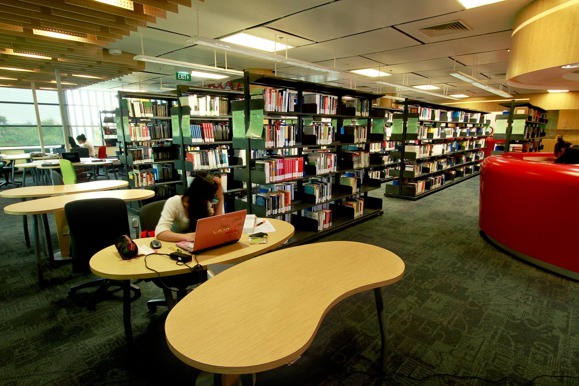 Sinh viên tự học trong thư viện