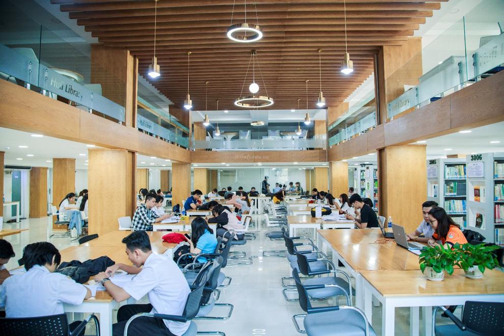 Một trong những địa điểm thu hút đông sinh viên nhất chính là thư viện trung tâm