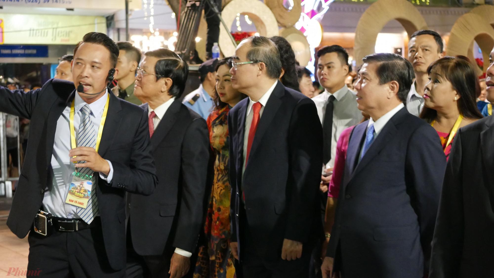 Các vị lãnh đạo tham quan Đường hoa Nguyễn Huệ