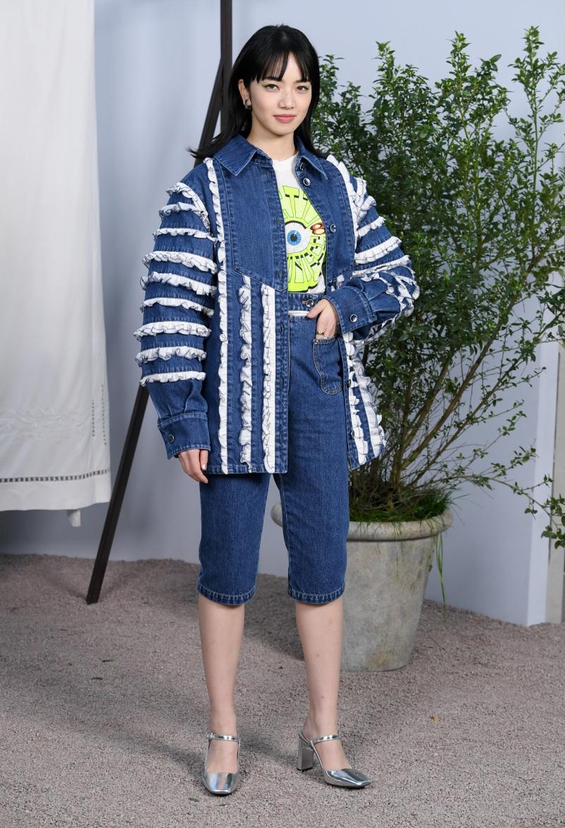 Diện áo thun trắng cùng điểm nhấn kẻ mắt xanh huỳnh quanh giúp nữ diễn viên kiêm người mẫu Nhật Bản vô cùng năng động.
