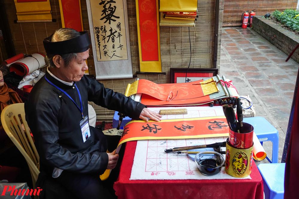, quy tụ hơn 50 ông đồ, là những nghệ nhân thư pháp của Hà Thành.