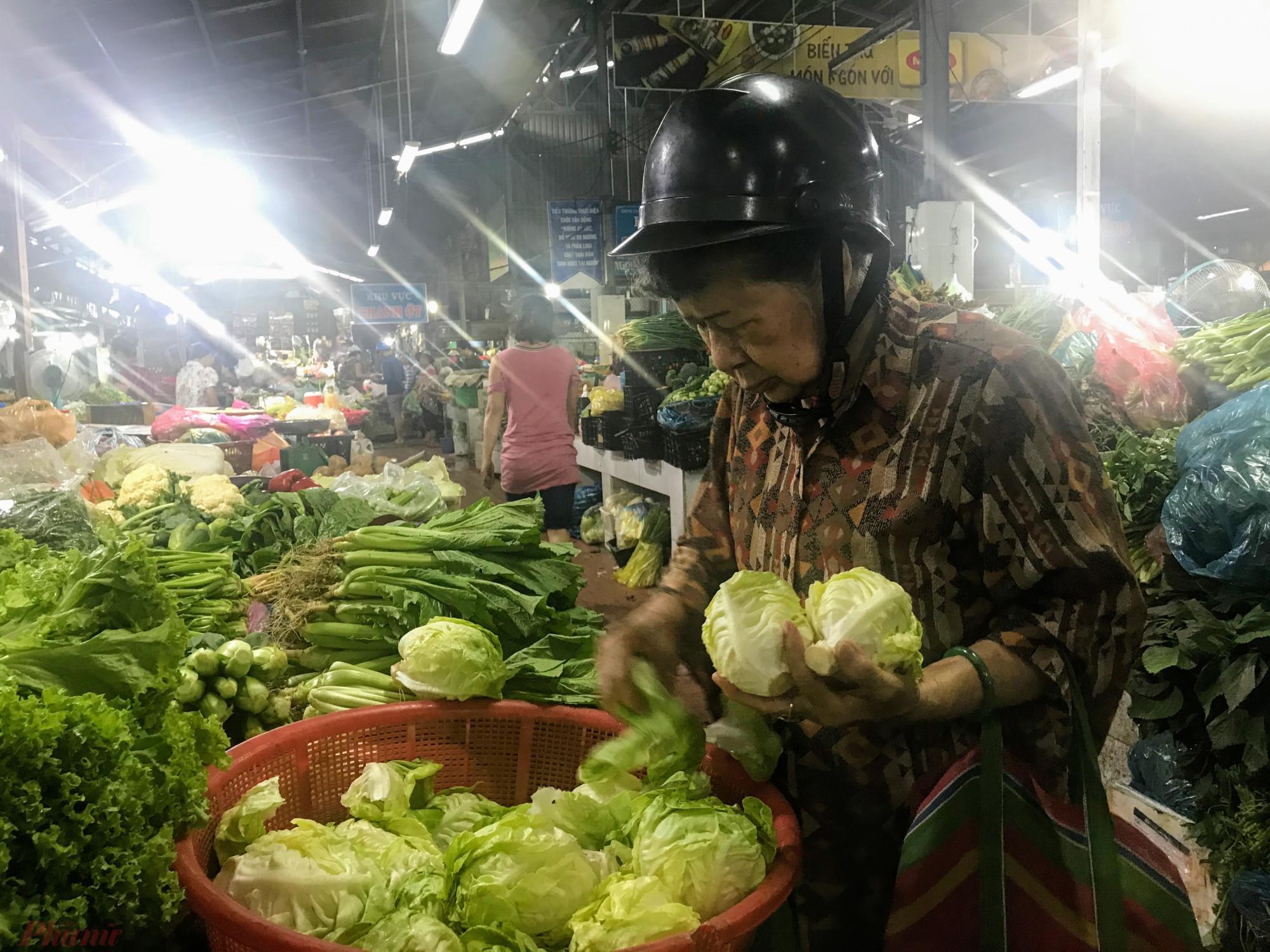 Rau xanh tại chợ dân sinh giá tăng cao, một số mặt hàng tăng giá gấp đôi
