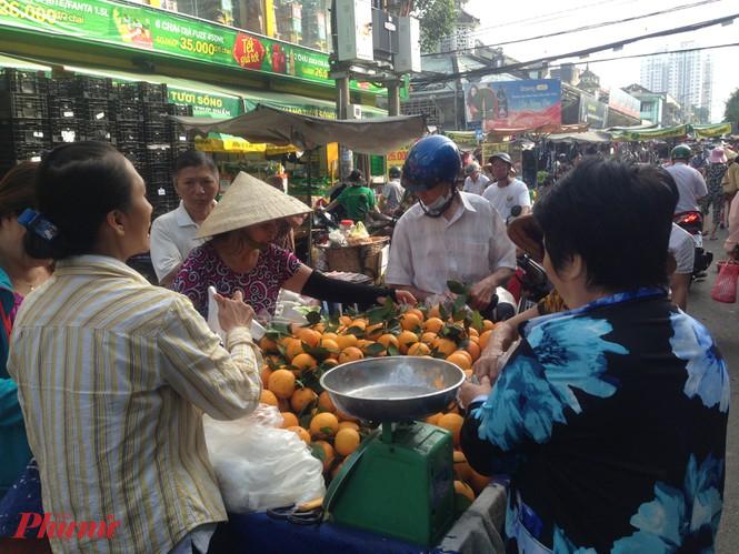 Khách mua cam canh tại chợ Hoà Bình, quận 5 khá đông, với giá 45.000-50.000 đồng/kg