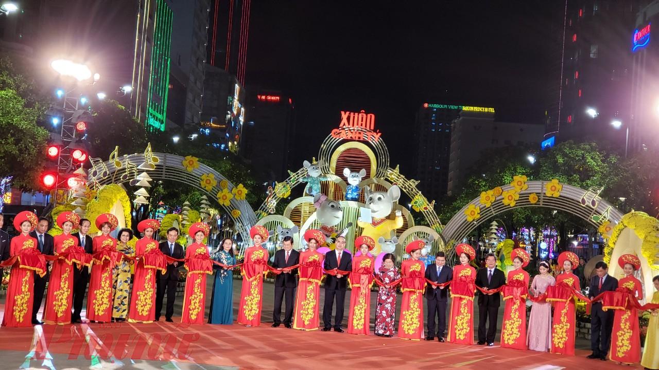 Các vị lãnh đạo thực hiện nghi thức cắt băng khai mạc Đường hoa Nguyễn Huệ Xuân Canh Tý 2020