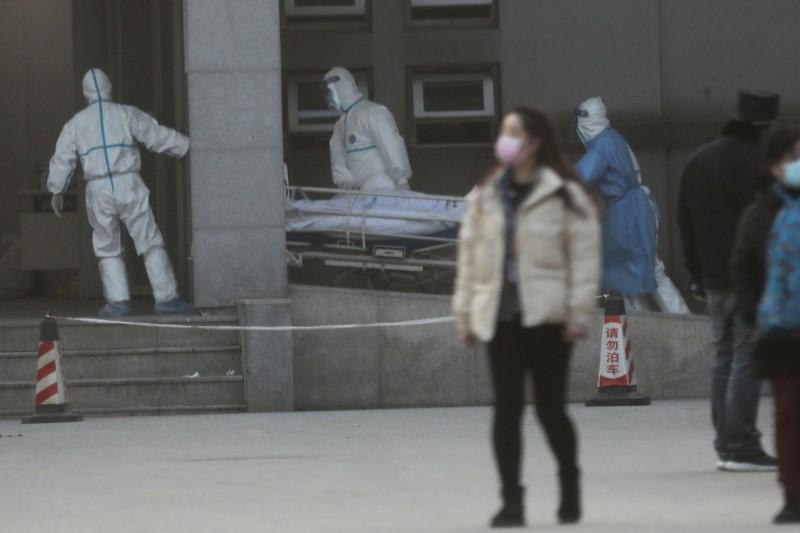Nhân viên y tế Vũ Hán chuyển người bệnh tại bệnh viện Jinyintan, nơi điều trị các bệnh nhân bị viêm phổi do chủng coronavirus mới - Ảnh: Reuters