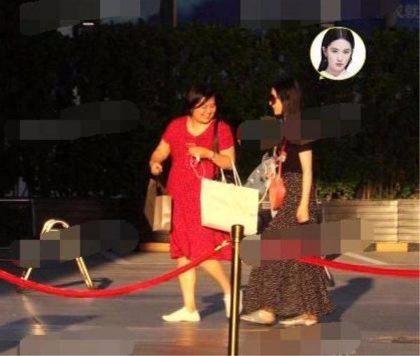 Lưu Diệc Phi nhiều lần bị phản hồi về gu thời trang khó hiểu.