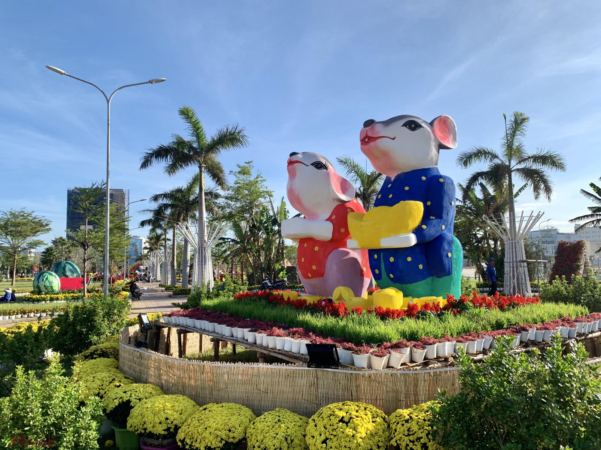 Hình ảnh cặp chuột được cách điệu đặt tại công viên trung tâm thành phố Tuy Hoà, Phú Yên