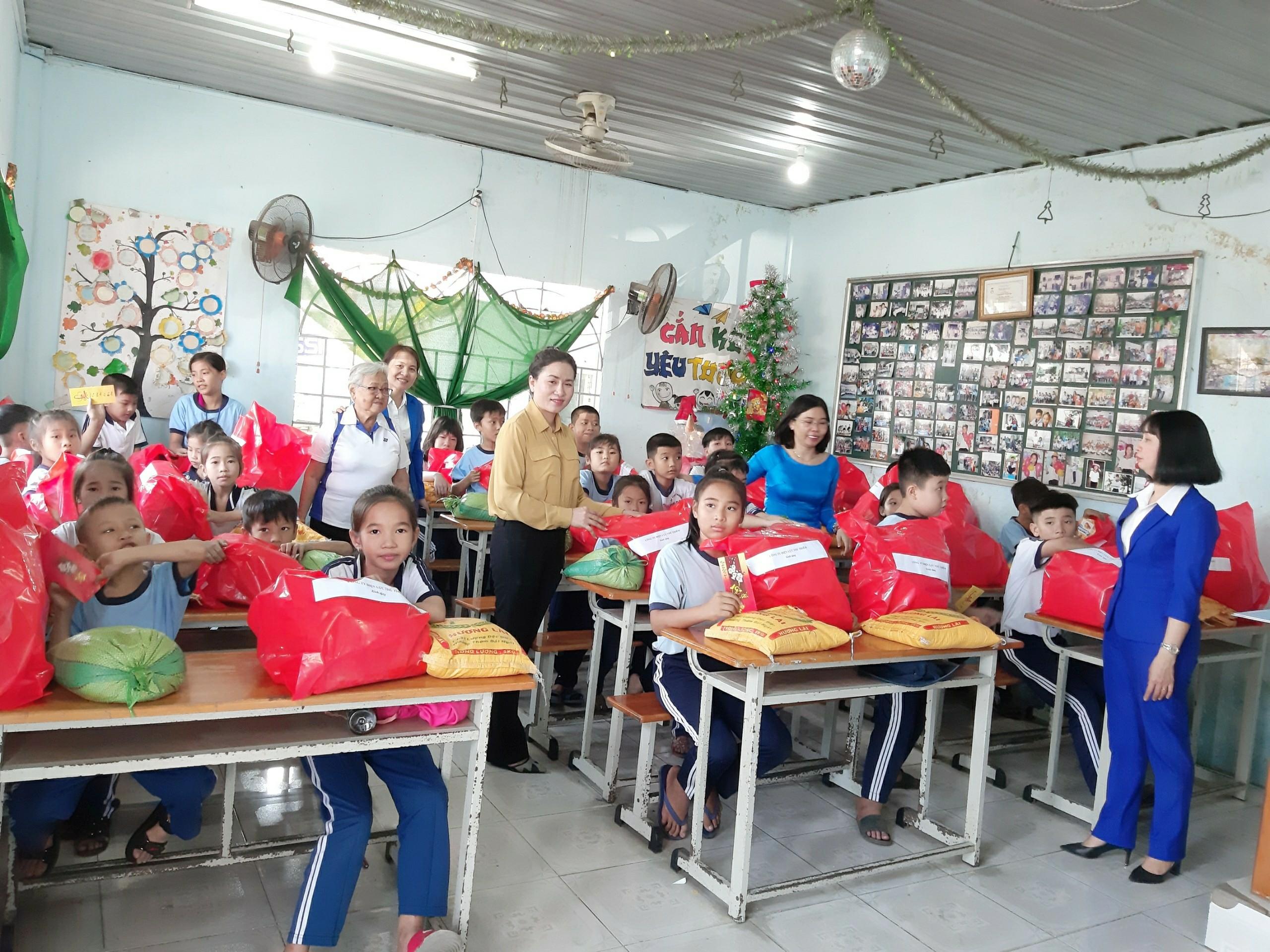 Lớp học tình thương rộn vui ngày cuối năm.