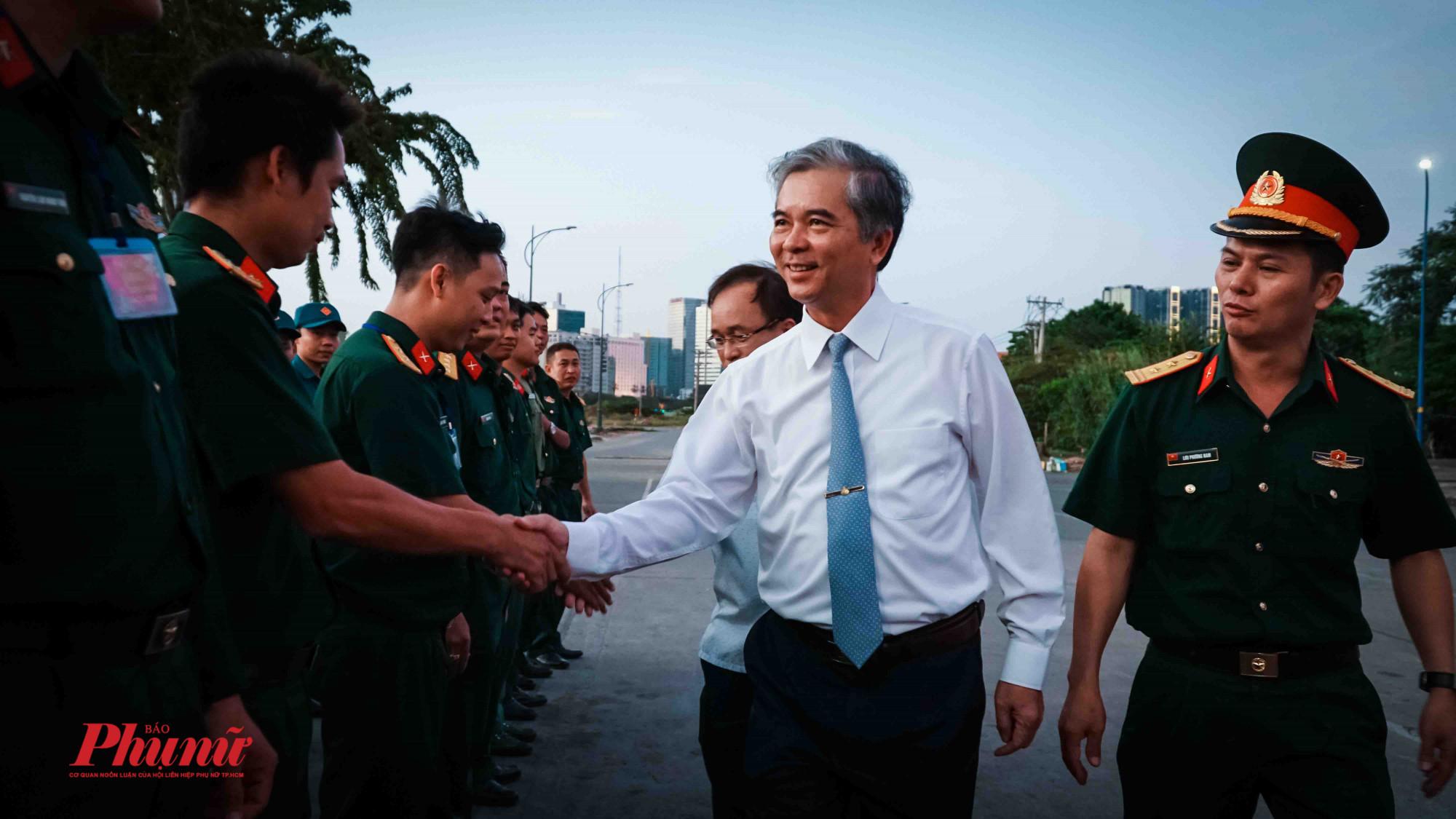 Ông Ngô Minh Châu – Phó Chủ tịch Ủy ban nhân dân thành phố thăm các pháo thủ