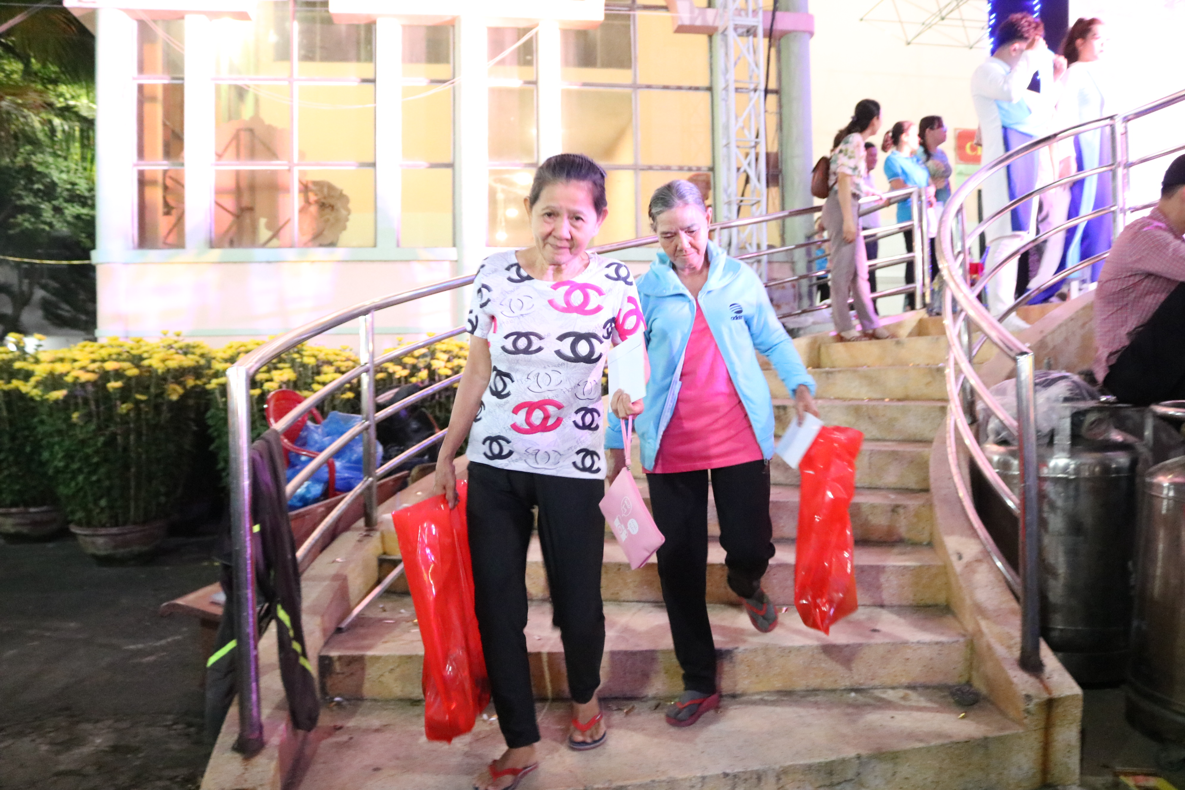 Niềm vui của người dân khi được nhận quà Tết mang về.