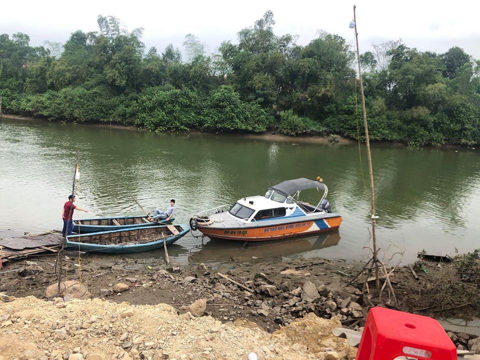 Lực lượng chức năng tổ chức tìm kiếm em Lâm trên sông Hoàng Mai