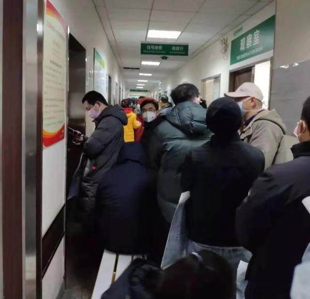 Cảnh chờ chực đông đúc tại bệnh viện số 7 Vũ Hán