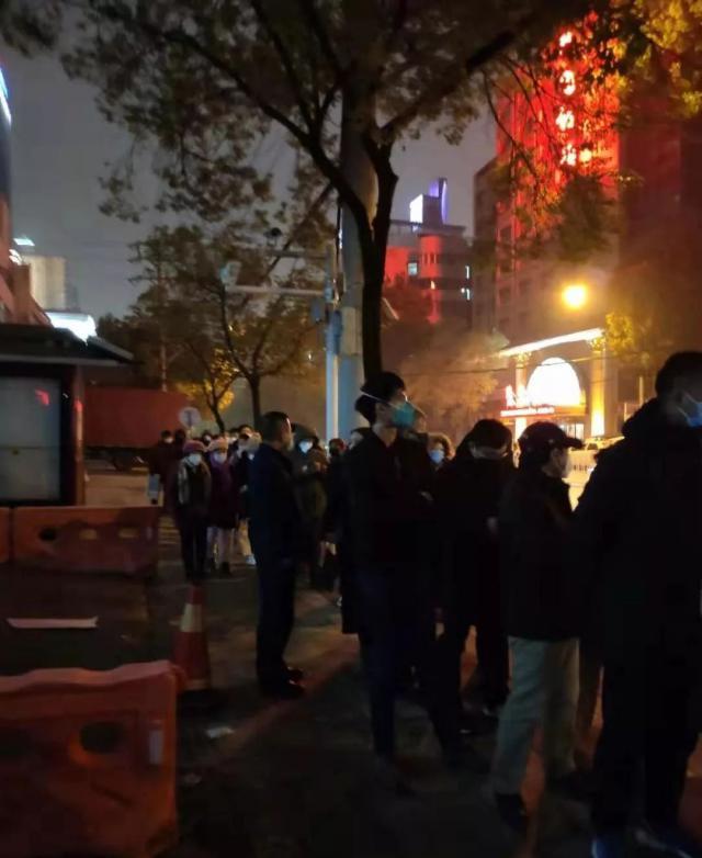 Người dân xếp hàng dài chờ khám ngoài bệnh viện