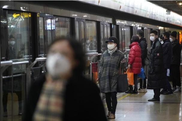 Người dân Thượng Hải đeo khẩu trang khi sử dụng phương tiện giao thông công cộng hôm 23/1.