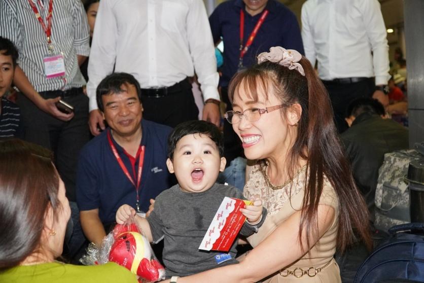 Tổng giám đốc Nguyễn Thị Phương Thảo thăm hỏi hành khách đang chuẩn bị lên những chuyến bay của Vietjet để về nhà