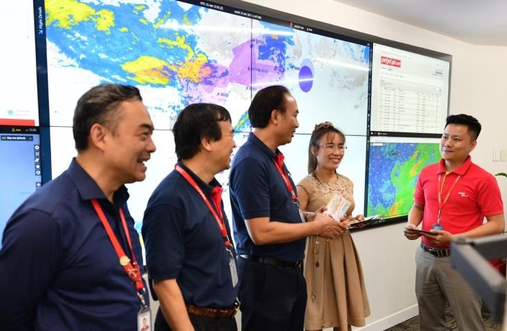 Bà Phạm Thị Phương Thảo nhắc nhở Trung tâm Điều hành bay cần tập trung tối đa nhằm đảm bảo đưa hành khách về nhà trên những chuyến bay an toàn trong thời gian sớm nhất