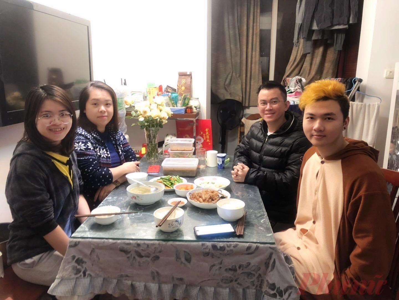 Bữa cơm tất niên giản dị của 4 bạn lưu học sinh ở Đại học sư phạm Hoa Trung