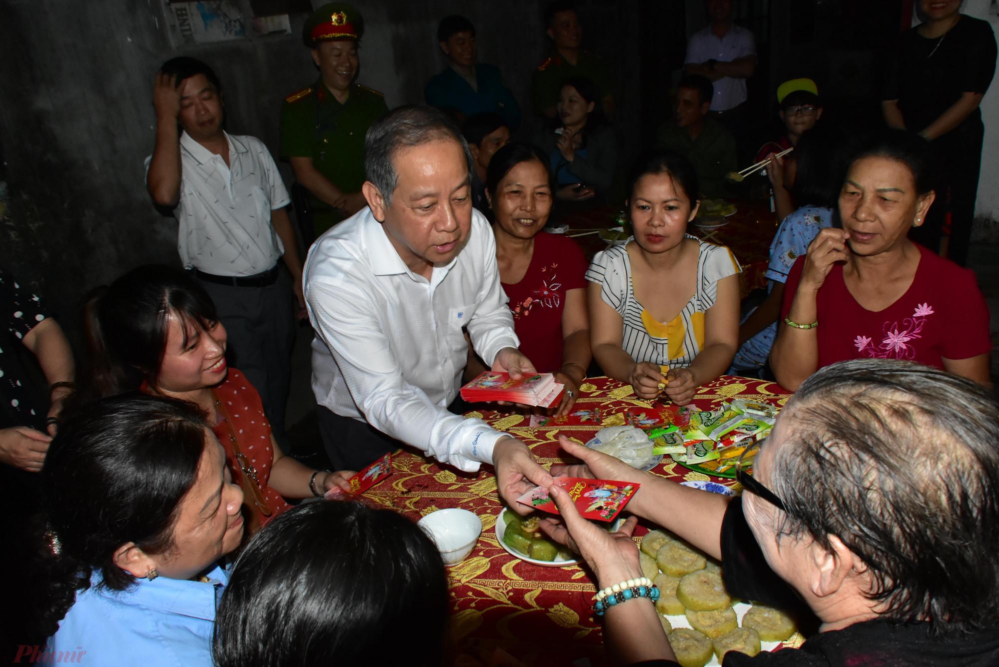 Ông Phan Ngọc Thọ - Chủ tịch UBND tỉnh Thừa Thiên Huế cùng đón giao thừa cùng cư dân Thượng Thành. Đây là giao thừa cuối cùng của bà con ở nơi này