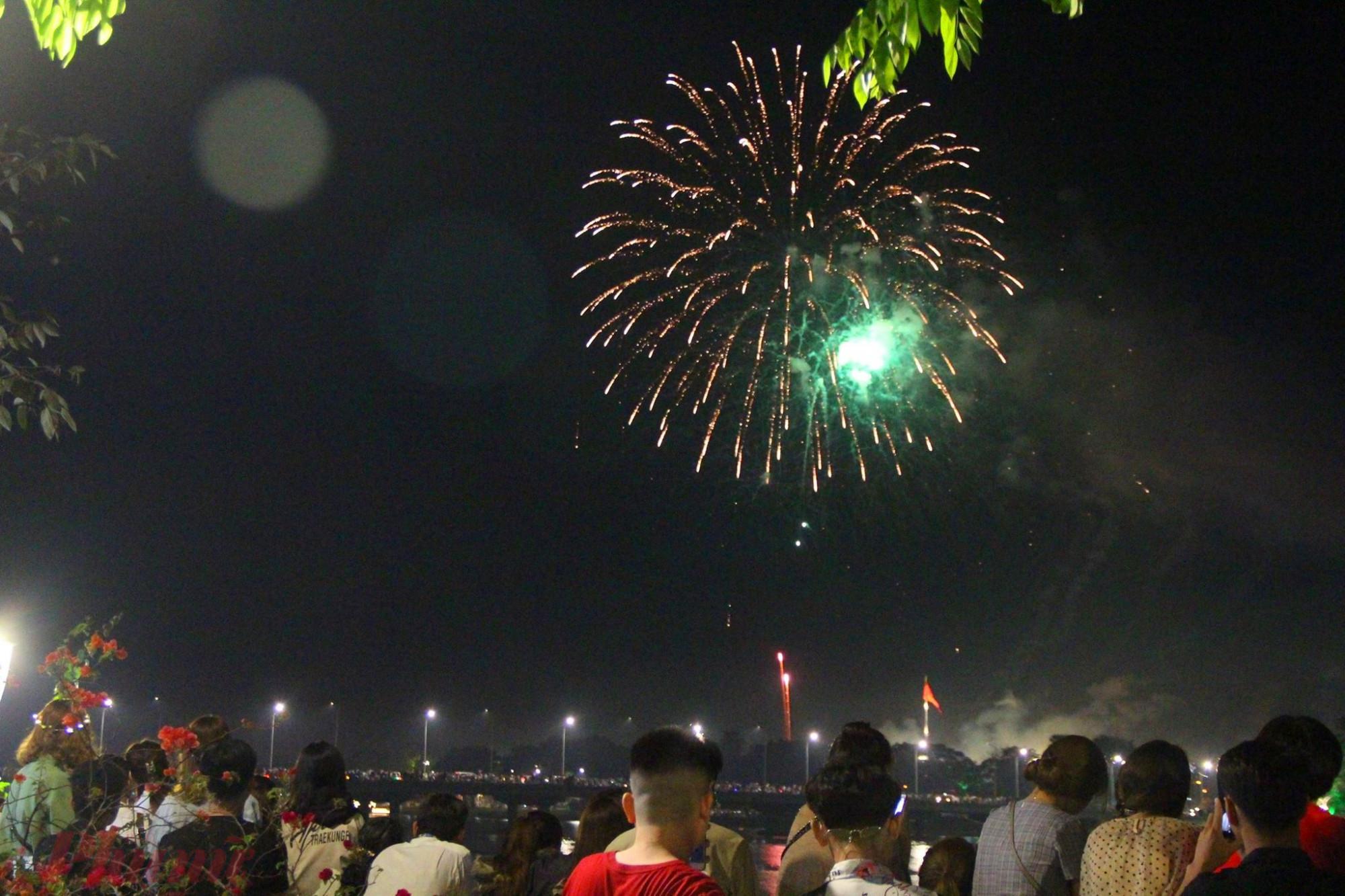 Những quả pháo hoa được bắn ra từ phía quảng trường Ngọ Môn