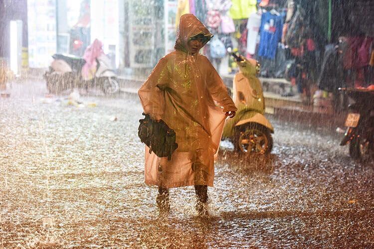 Cơn mưa bất chợt vào đêm 30 khiến nhiều người Hà Nội gặp khó khăn khi đón giao thừa