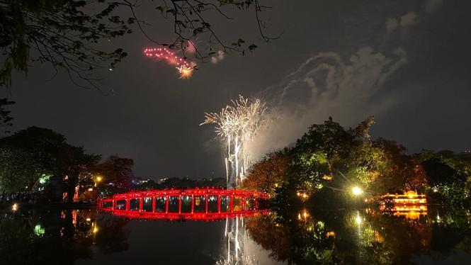 Tuy nhiên, vào khoảnh khắc đón chào năm mới, trời Hà Nội đã tạnh ráo, giúp người dân Thủ Đô xem được trọn vẹn màn bắn pháo hoa mừng Xuân - Ảnh: Hồng Vĩnh