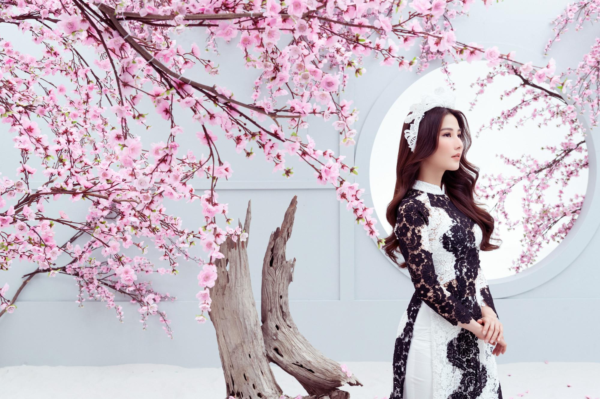 Áo dài ren đen trắng với kiểu dáng truyền thống sẽ phù hợp với những cô nàng