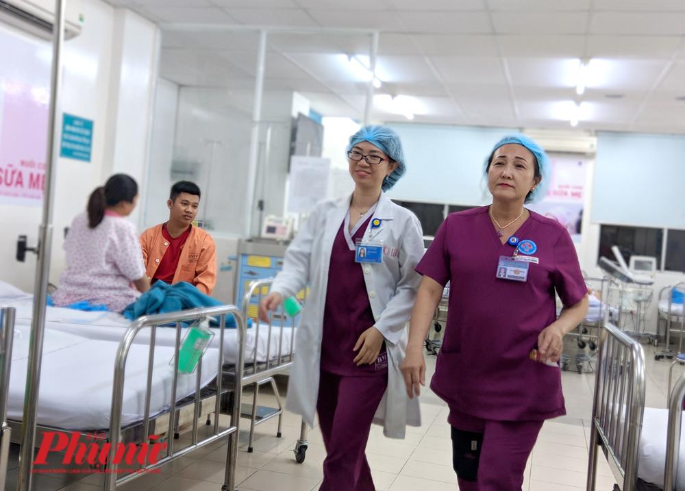 Sau khi đọc thơ chúc xuân các mẹ bầu, nữ hộ sinh Vũ  Thị Tố Chinh nhanh chóng sang buồng đẻ để giúp sinh