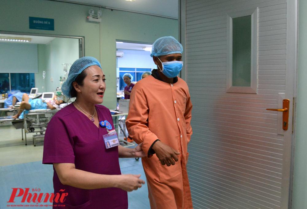 Anh Thạch Minh được dẫn vào gặp con gái đầu lòng của mình