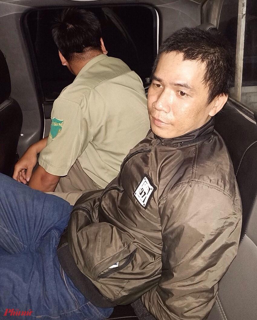 Tên trộm bị bắt dẫn về cơ quan điều tra công an quận Bình Tân vào đêm 26/12/2019