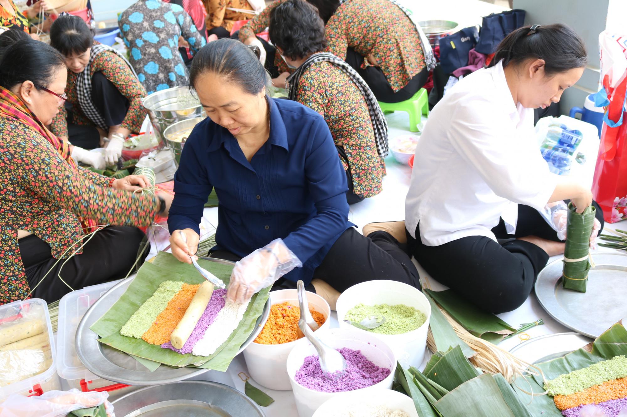 Các sơ tập trung gói bánh tét tặng chị em công nhân.