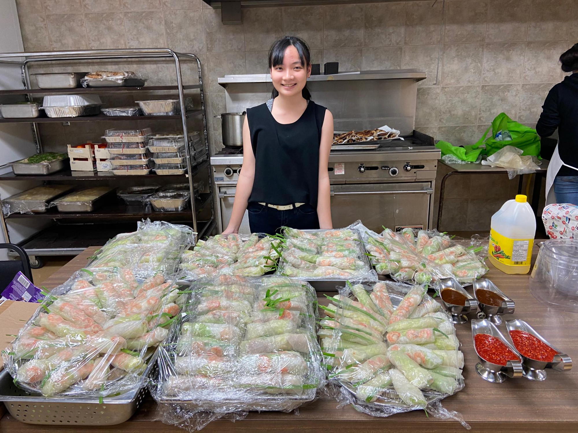 Món gỏi cuốn góp phần vào bữa tiệc Tết Việt Nam ở trường