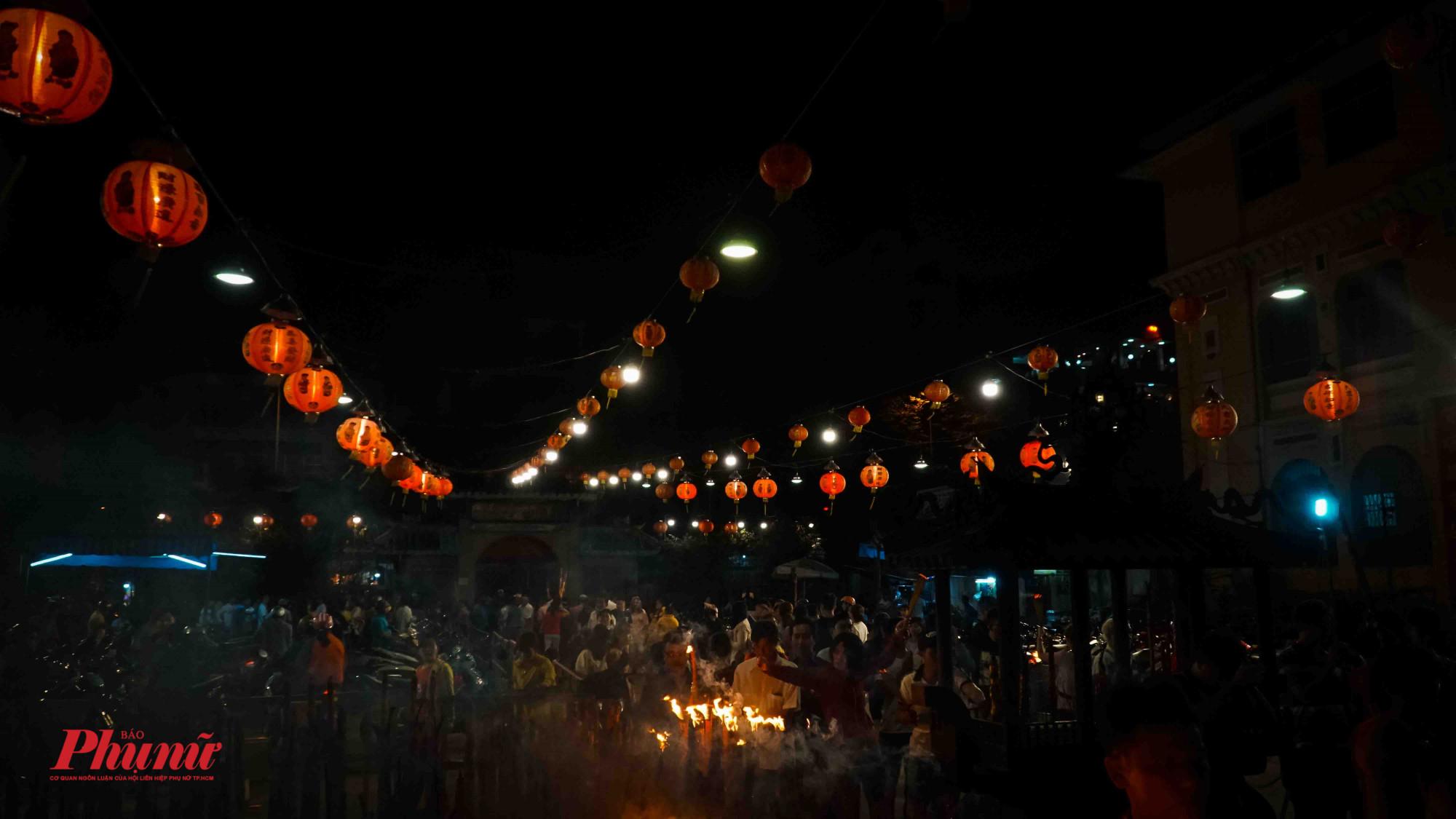 Đoàn người nối đuôi nhau vào lễ chùa đầu năm mới