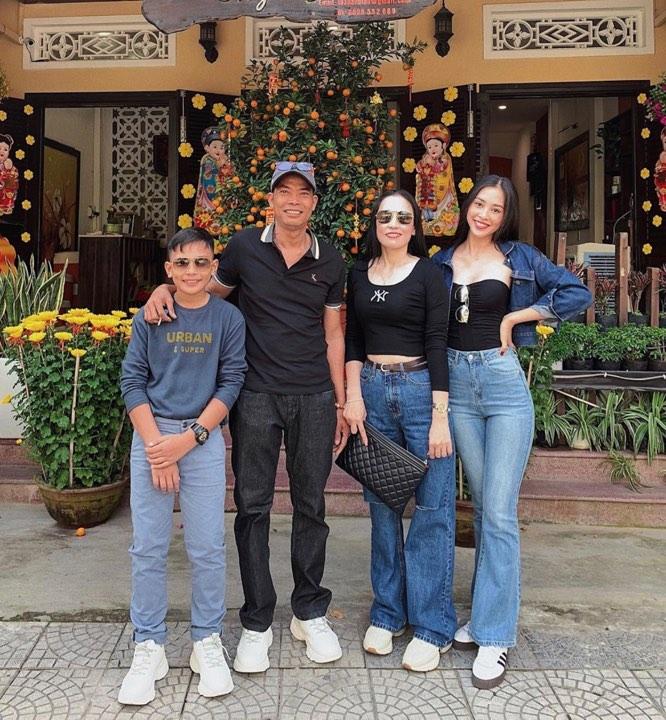 Hoa hậu Tiểu Vy trẻ trung với crop-top phối cùng quần jeans cạp cao, áo khoác jeans bên ngoài.