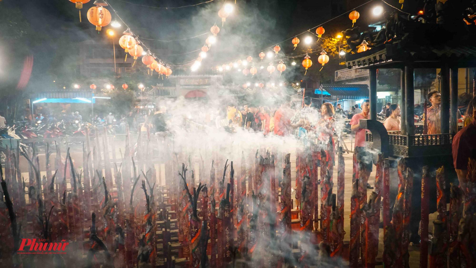 Số lượng nhang đốt quá nhiều khiến ngôi chúa lúc nào cũng chìm trong khói trắng