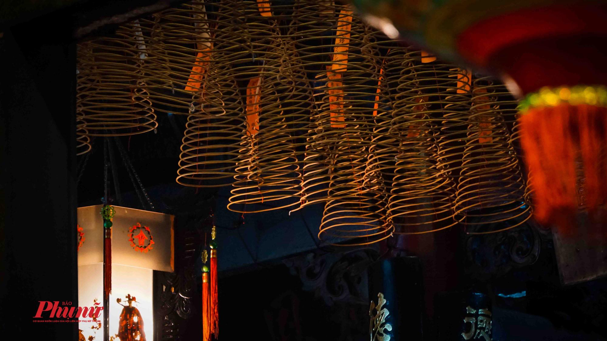 Dàn nhàng vòng trầm hương khiến không khí thêm huyền ảo