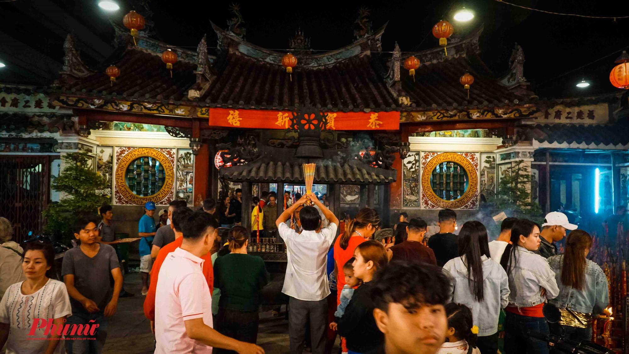 Người dân đi lễ chùa cầu an, cầu cho 1 năm mới vạn sự hanh thông bên gia đình và người thân.