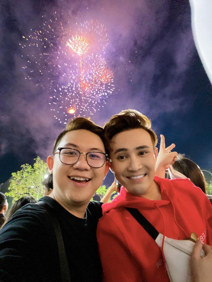 Huỳnh Lập đón khoảnh khắc đầu năm mới với gia đình, bạn bè. Anh cũng tranh thủ lì xì may mắn cho mọi người.