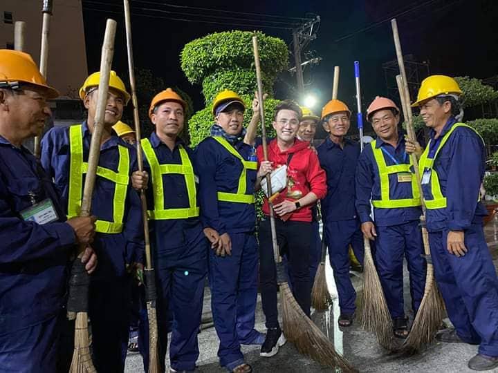 Nam diễn viên hài cũng chia sẻ niềm vui, chúc tết đến các công nhân vệ sinh đường phố.