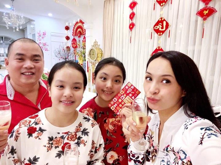 Thuý Hạnh, Minh Khang sau khi đón giao thừa đã lì xì cho hai con gái để chào năm mới. Họ cùng nâng ly chúc mừng nhau.