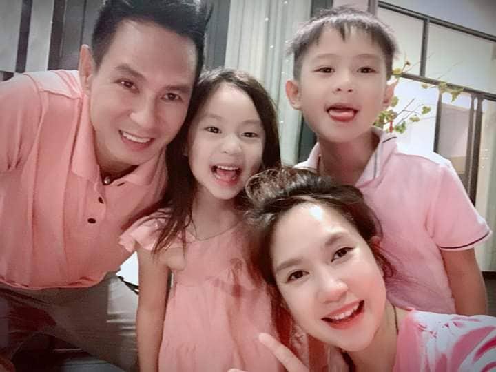 Gia đình Lý Hải - Minh Hà diện trang phục tông xuyệt tông hồng cúng giao thừa và đón khoảnh khắc bình yên của năm mới tại gia đình.