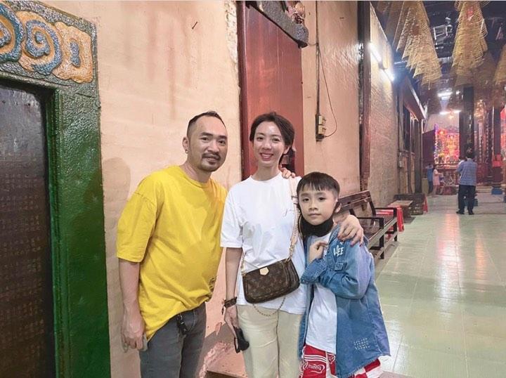 Diễn viên Thu Trang - Tiến Luật đi chùa cầu bình an cho năm mới. Năm nay, cả hai cùng con trai sẽ đi du lịch Phú Quốc.