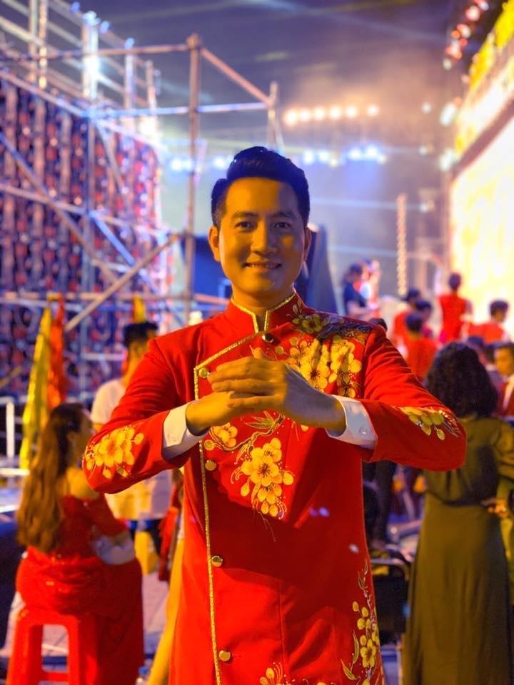 Ca sĩ Nguyễn Phi Hùng đi diễn đêm giao thừa. Vì thế, anh đón năm mới cùng với đồng nghiệp, khán giả tại sân khấu.