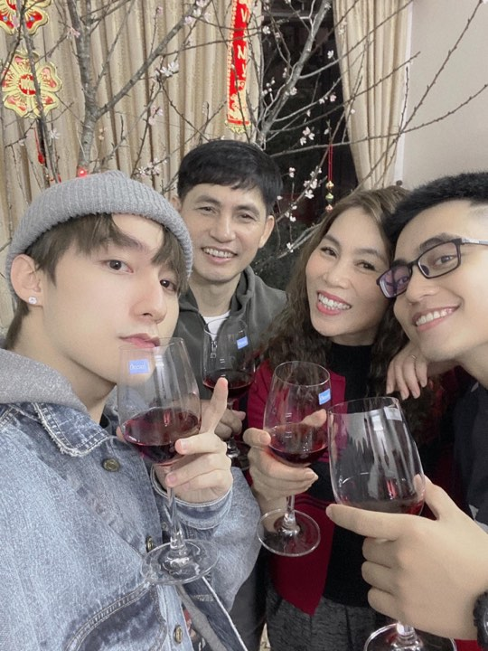 Sơn Tùng và gia đình cũng nâng ly chúc mừng khoảnh khắc đầu tiên của năm mới 2020.