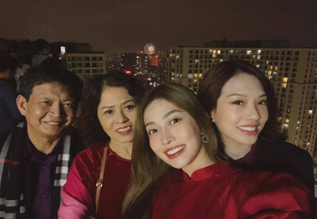 Á hậu Bùi Phương Nga đi chơi cùng gia đình, xem bắn pháo hoa và đón năm mới trong không khí rộn rã của phố phường.