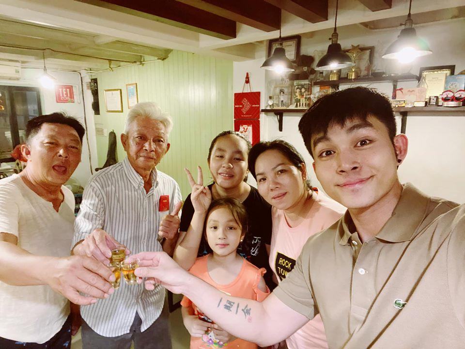 Jun Phạm đón năm mới bên cạnh những người thân.